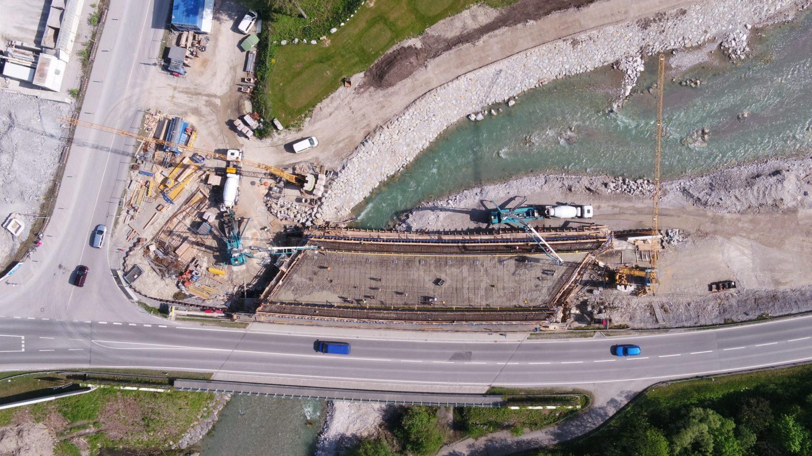 Luftaufnahme der Loisachbrücke bei Burgrain