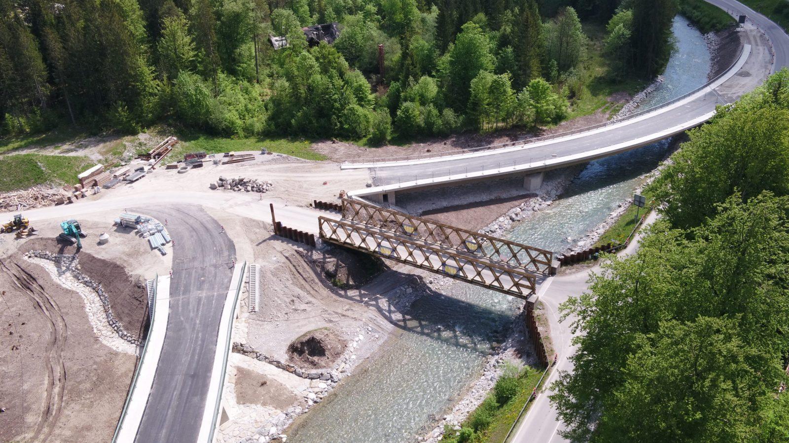 Luftaufnahme der Loisachbrücke bei Grainau